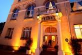 Hôtel Club Cosmos et Spa - Façade de nuit