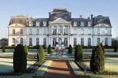 Château d'Artigny & Spa - Façade de jour avec un beau ciel bleu