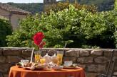 Hostellerie Le Castellas - Petit déjeuner en terrasse chambre Prestige