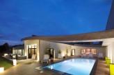 Hôtel l'Aubinière & Spa – Façade et piscine extérieure de nuit