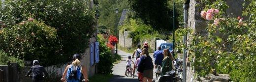 A-vélos-sur-les-chemins-de-l'Île-d'Arz-traversée-depuis-vannes-à-50-km-de-l-hôtel-le-roi-arthur@Loic-KERSUZAN